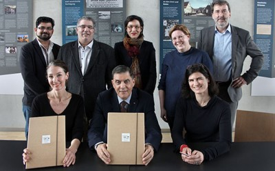 left to right, front: Isabel Raabe (RomArchive – Digital Archive of the Roma), Romani Rose (Central Council of German Sinti and Roma), Franziska Sauerbrey (RomArchive – Digital Archive of the Roma); back: Emran Elmazi (Documentation and Cultural Centre of German Sinti and Roma), Oswald Marschall (Central Council of German Sinti and Roma), Hortensia Völckers (German Federal Cultural Foundation), Kirsten Haß (German Federal Cultural Foundation), Herbert Heuß (Central Council of German Sinti and Roma). Photo: Nihad Nino Pušija